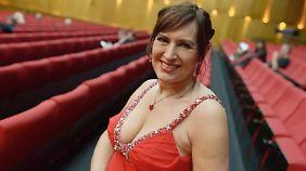 Felicitas Schirow: Wirbelwind der guten Laune im roten Abendkleid.