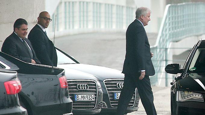 Gabriel und Seehofer bei der Ankunft im Kanzleramt.