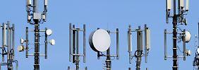 Antennen für Mobilfunk und UMTS stehen auf dem Dach eines Hochhauses. Die Monopolkommission, die die Bundesregierung in Wettbewerbsfragen berät, warnt davor, den Markt auf weniger als vier Anbieter zu verengen. Foto: Carsten Rehder