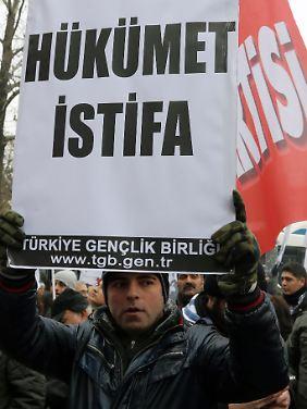 Ein junger Demonstrant fordert die Regierung zum Rücktritt auf. Nach den Protesten im Gezi-Park formieren sich nun erneut Demonstrationen.