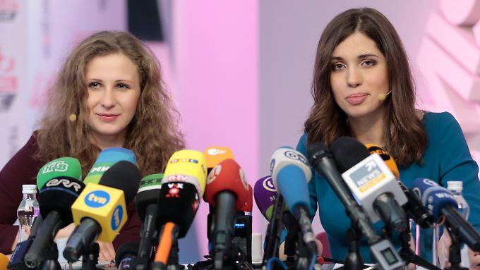 Wie üblich perfekt gestylt: die freigelassenen Pussy-Riot-Frauen Tolokonnikowa und Aljochina.