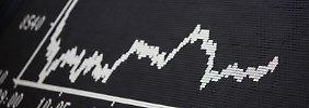 Steigen die Kurse weiter oder fallen sie? Anleger sollten ihr Geld gut verteilen. Dann trifft ein Kurssturz sie unter Umständen nicht so hart.