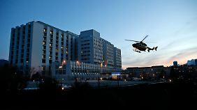 """Ein Rettungshubschrauber kommt an der Uniklinik Grenoble an - Michael Schumacher soll laut """"Bild""""-Zeitung während seines Fluges von der Unglücksstelle kollabiert sein."""