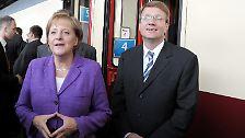 """Denn angeblich soll sich der CDU-Mann keine lange Auszeit gönnen, wie seine Aussage vermuten ließ. Nahezu nahtlos soll er in den Vorstand der Deutschen Bahn wechseln - ein Schritt, der viele Oppositionspolitiker wütend macht. Bei der Bahn soll Pofalla ausgerechnet die Kontakte des Staatskonzerns zur Politik in Berlin und Brüssel pflegen. In den Augen der Grünen hat das schon ein """"Geschmäckle""""."""