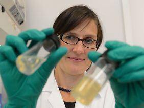 Kirsten Borchers mit speziell zur Biotinte veränderter flüssiger Gelatine (l) und normaler Gelatine.