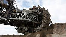 Mit einem riesigen Schaufelradbagger fressen sich Tagebau-Experten bei Garzweiler westlich von Köln in die Landschaft.