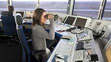 Fluglotsen auf dem Tower am Flughafen in Bremen wollen ein ganz normal beleuchtetes Objekt gesichtet haben. Allerdings sei es nicht auf dem Radar aufgetaucht.