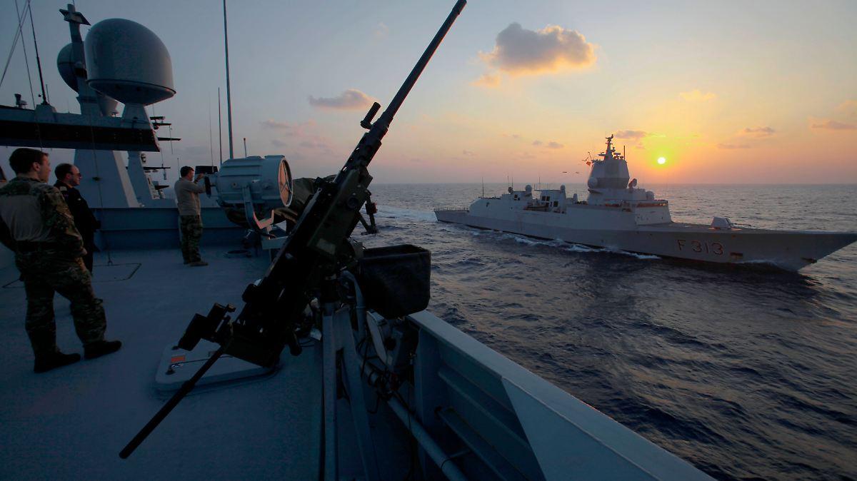 Kriegsschiff stößt mit Öltanker zusammen