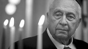 Ariel Scharon 2005 in seinem Büro. Ein Jahr später erlitt er einen Schlaganfall und lag seither im Koma.