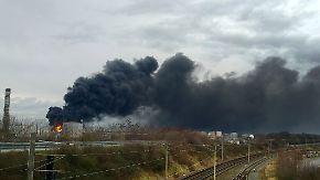 Feuerwehr mit 130 Mann vor Ort: Chemikalien-Tank explodiert in Kölner Shell-Raffinerie