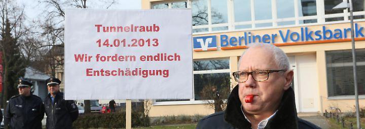 Zehn Millionen Euro und keine Spur: Tunnelraub-Geschädigte demonstrieren in Berlin