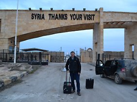 """""""Danke für Ihren Besuch"""": Jan van Aken an der türkisch-syrischen Grenze."""