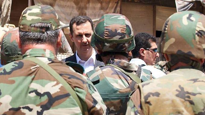 Syriens Präsident Assad bei einem Truppenbesuch in Darya.
