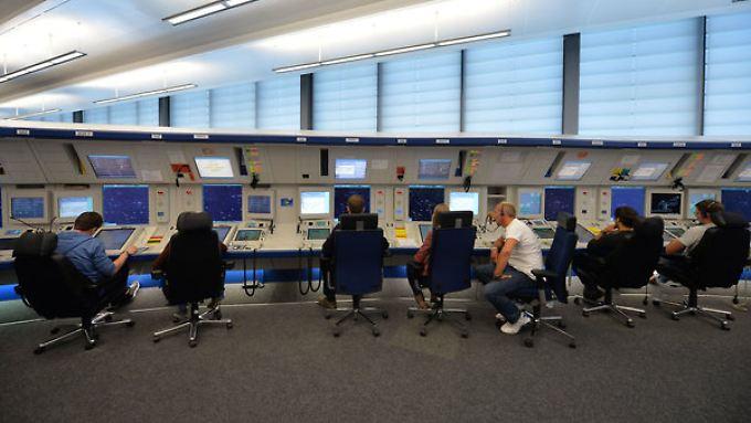 Fluglotsen in der Kontrollzentrale der Deutsche Flugsicherung (DFS) am Flughafen in Bremen.