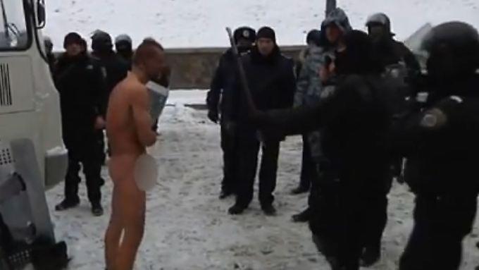 Perfide Form der Gewalt: Bundesregierung kritisiert Nacktfolter in der Ukraine