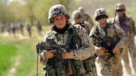 Bundeswehrsoldaten patrollieren im Distrikt von Charrah Darreh nahe Kundus (Afghanistan).