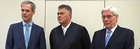 Michael Kemmer (links) und Werner Schmidt (rechts) mit Anwalt Felix Dörr.