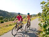"""Der """"Sauerland-Radring"""" führt über 84 Kilometer als Rundstrecke durch die Region in Nordrhein-Westfalen, die auch den Beinamen """"Land der 1000 Berge"""" trägt."""