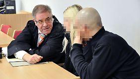 Anwalt Bartl mit seinen Mandanten. Deren Identität blieb auch vor Gericht geschützt.