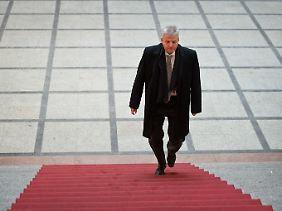 Diesen roten Teppich betritt kein BER-Verantwortlicher gerne: Zeuge Joachim Korkhaus auf dem Weg durch das Berliner Abgeordnetenhaus.