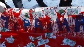 """Die ukrainische Opposition wirft der Deutschen Bank vor, den Janukowitsch-Clan finanziell zu unterstützen. Vor der Filiale in Kiew zeigten sie dieses Banner mit """"Blutgeld""""."""