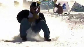 Rodel-Wettbewerb auf Schaufeln: Teilnehmer rutschen mit bis zu 100 km/h Berg hinab