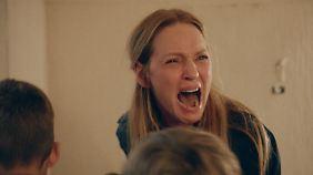 Die betrogene Ehefrau (Uma Thurman) sorgt für eine grotesk-witzige Szene.