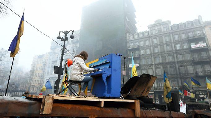 Regierungsgegner haben auf einer Holzplattform inmitten der Straßenbarrikaden ein Klavier aufgestellt.