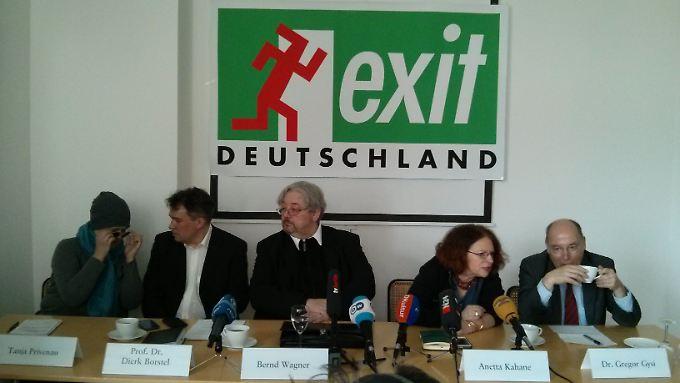Pressekonferenz mit Aussteigerin, Experten und Begleitern.