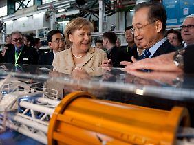 Mega-Tunnelbau mit deutscher Technik? Im Rahmen ihrer China-Reise besuchte Kanzlerin Merkel 2012 mit dem damaligen Premier Wen auch das Herrenknecht-Werk in Guangzhou.