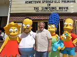 Matt Groening mit seinen berühmtesten Figuren: den Simpsons.