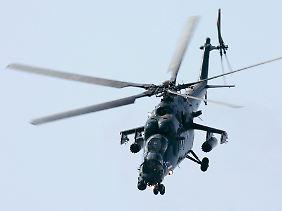 """Eine fliegende, gepanzerte Waffenplattform: Der Mi-35M, hier auf der Moskauer Rüstungsmesse MAKS, ist die modernisierte Weiterentwicklung der Mi-24 """"Hind"""" (Archivbild)."""