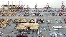 Ramponiertes Terminal in Bremerhaven: Frachtschiff rammt Containerbrücke