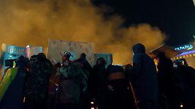 Die Demonstranten werden von der Polizei mit Blendgranaten beschossen, um sie Meter für Meter zurück zu drängen.