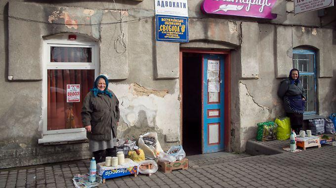 In Pustomty nahe Lwiw (Lemberg) warten Händlerinnen auf Kundschaft.
