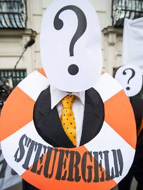 Demonstranten protestieren in Wien gegen die Kosten der Banken-Rettung.