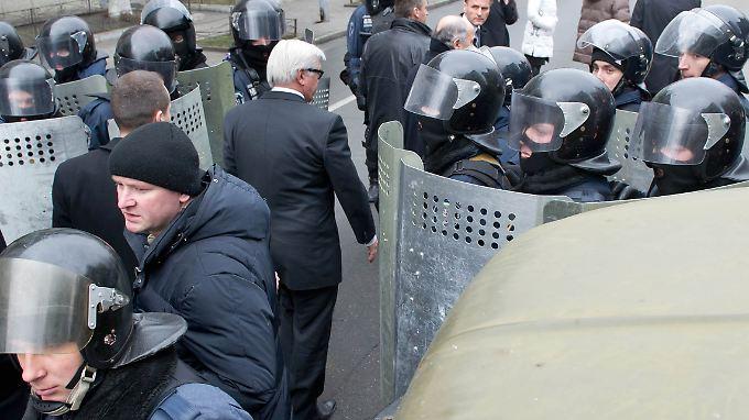 Vermittlung in der Kampfzone: Steinmeier, Sikorski und Fabius gehen in den Präsidentenpalast in Kiew.