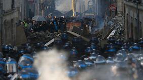 Die Demonstrierenden errichten Barrikaden in der Innenstadt von Nantes.