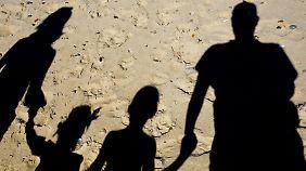 Familien haben meist höhere Kosten als Alleinstehende. Einen Teil der Ausgaben können Eltern aber über ihre Steuererklärung ausgleichen. Foto: Patrick Pleul