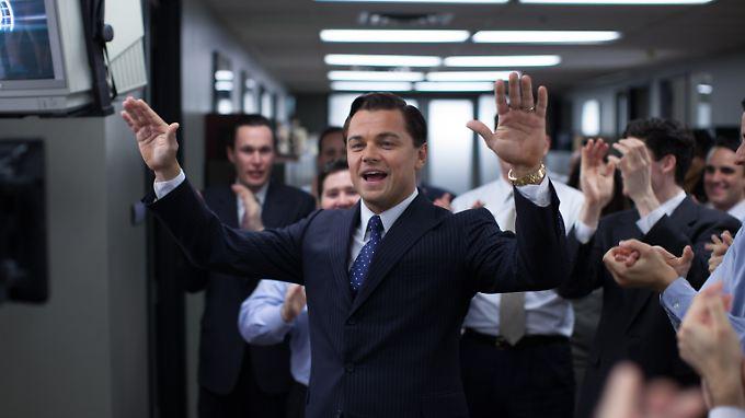 """Hemmungslose Habgier: Eine Szene aus dem Hollywood-Blockbuster """"The Wolf of Wall Street"""" mit Leonardo di Caprio. Als Broker Jordan Belfort jongliert er mit Millionen und lässt sich von keiner Behörde einschüchtern."""