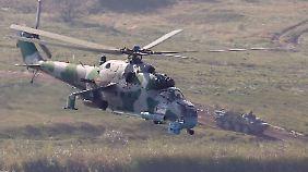 """Mi-24: Hubschrauber dieses Typs der russischen Armee sollen auf der Krim gelandet sein, zudem """"2000 Soldaten"""", so die Ukraine."""
