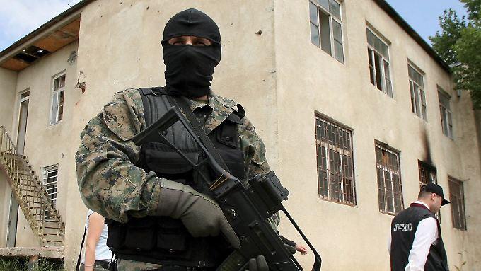 Ein georgischer Soldat patroulliert in Südossetien. Nach dem Einmarsch georgischer Truppen im August 2008 begann eine russische Gegenoffensive.
