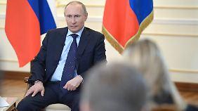 """Derzeit """"keine Notwendigkeit"""" für Truppenentsendung: Putin hält sich Optionen offen"""