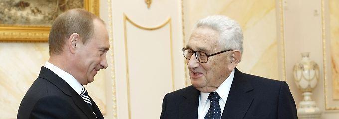 Machtpolitiker trifft Realpolitiker: Putin begrüßt Kissinger bei einem Treffen im April 2007.
