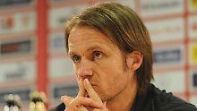 Leerer Blick: Thomas Schneider auf der Pressekonferenz nach dem Spiel.