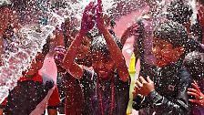 Am Montag werden Hunderte Millionen Menschen in Nordindien in die Feierlichkeiten mit einsteigen, sich mit Farbpulver bewerfen und mit buntem Wasser bespritzen.