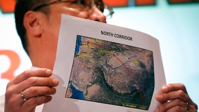 Malaysias Transportminister Hishamuddin Hussein mit einer Karte des nördlichen Flugkorridors.