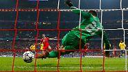 Nicht drin: Thomas Müller vom FC Bayern hat geschossen, doch Arsenals Torhüter Lukasz Fabianski hält diesen Elfmeter im Achtelfinale der Champions League - irgendwie.