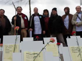 Demonstranten erinnern am Rande des Petitionsausschusses an die tragischen Schicksale von Langzeitarbeitslosen, die sich nicht mehr zu helfen wussten.