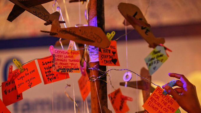 Angehörige beten für die Verschollenen von Flug MH370.